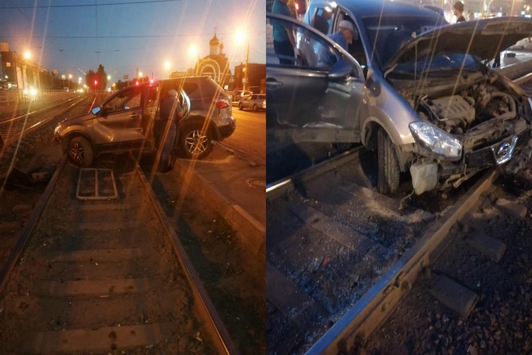 В Челябинске из-за ДТП иномарку отбросило в трамвайную остановку