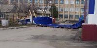 В Челябинской области ветер снёс часть крыши на Доме быта