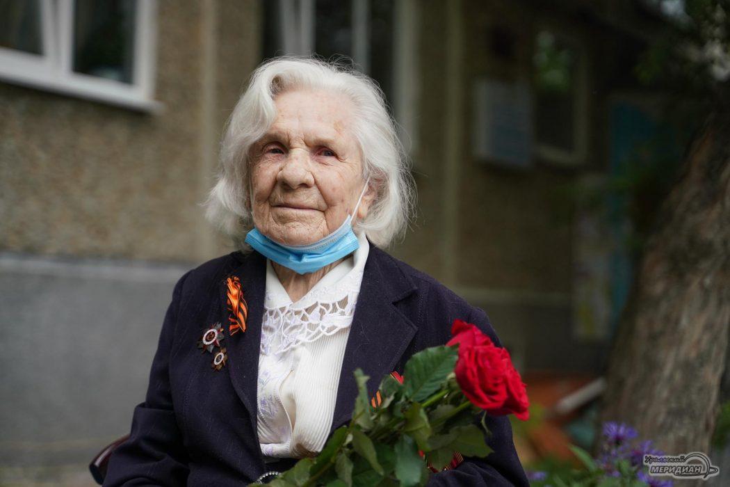 В Екатеринбурге ЦВО поздравил бабушку-ветерана с Днём медика