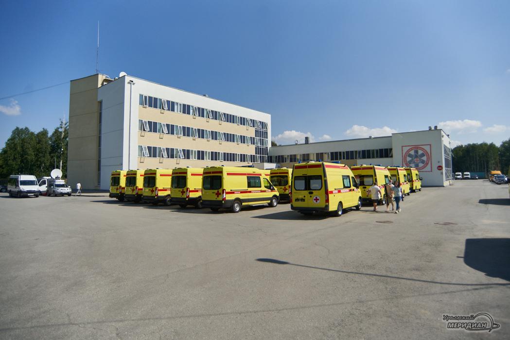 Свердловские власти вручили главврачам медучреждений реанимобили