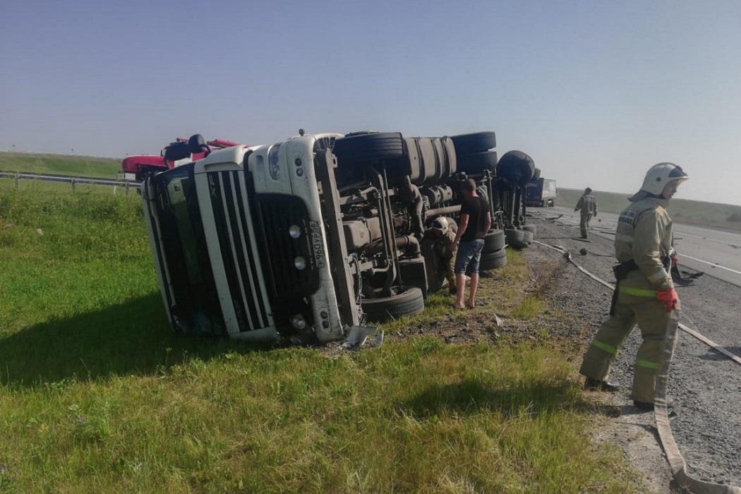 На трассе Екатеринбург-Тюмень перевернулся грузовик