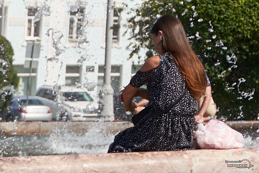fontan kamennj cvetok zhara leto Ekaterinburg ljudi 1