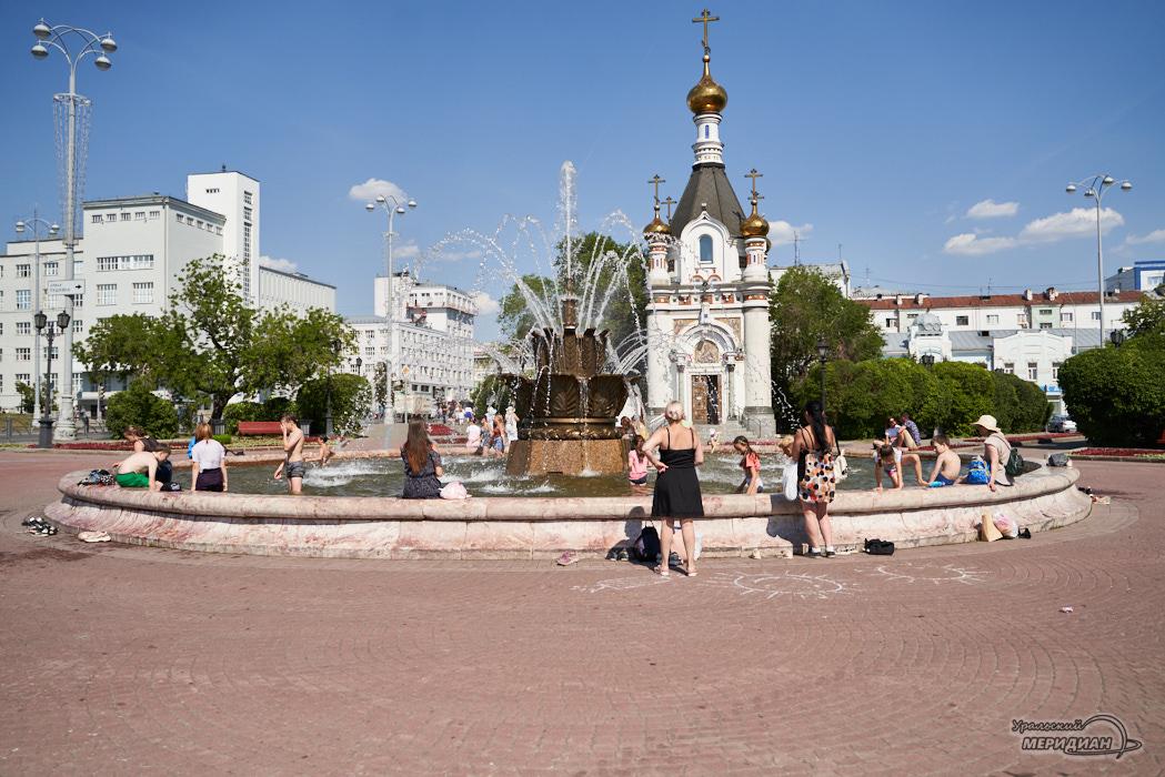 fontan kamennj cvetok zhara leto Ekaterinburg ljudi 4