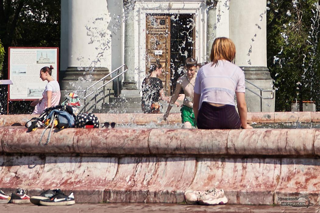 fontan kamennj cvetok zhara leto Ekaterinburg ljudi