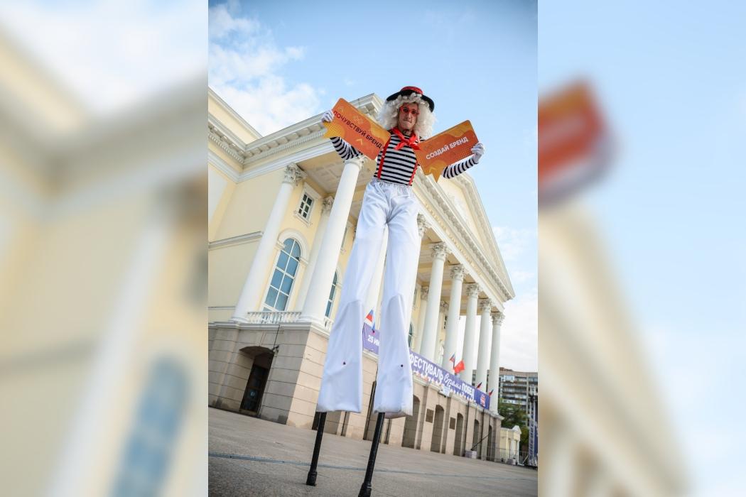 Двухметровый человек-бренд прошёлся по центру Тюмени