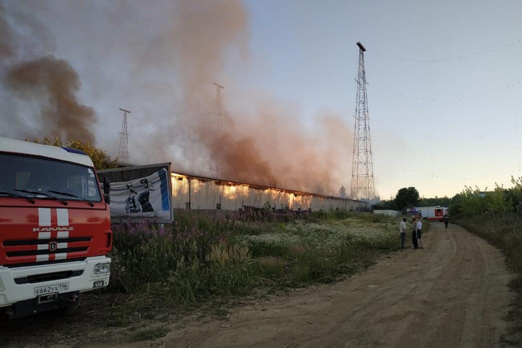 В Екатеринбурге сгорел огромный ангар с оборудованием