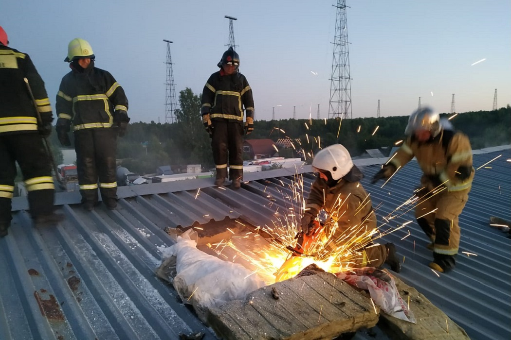 В Екатеринбурге сгорел огромный промышленный ангар