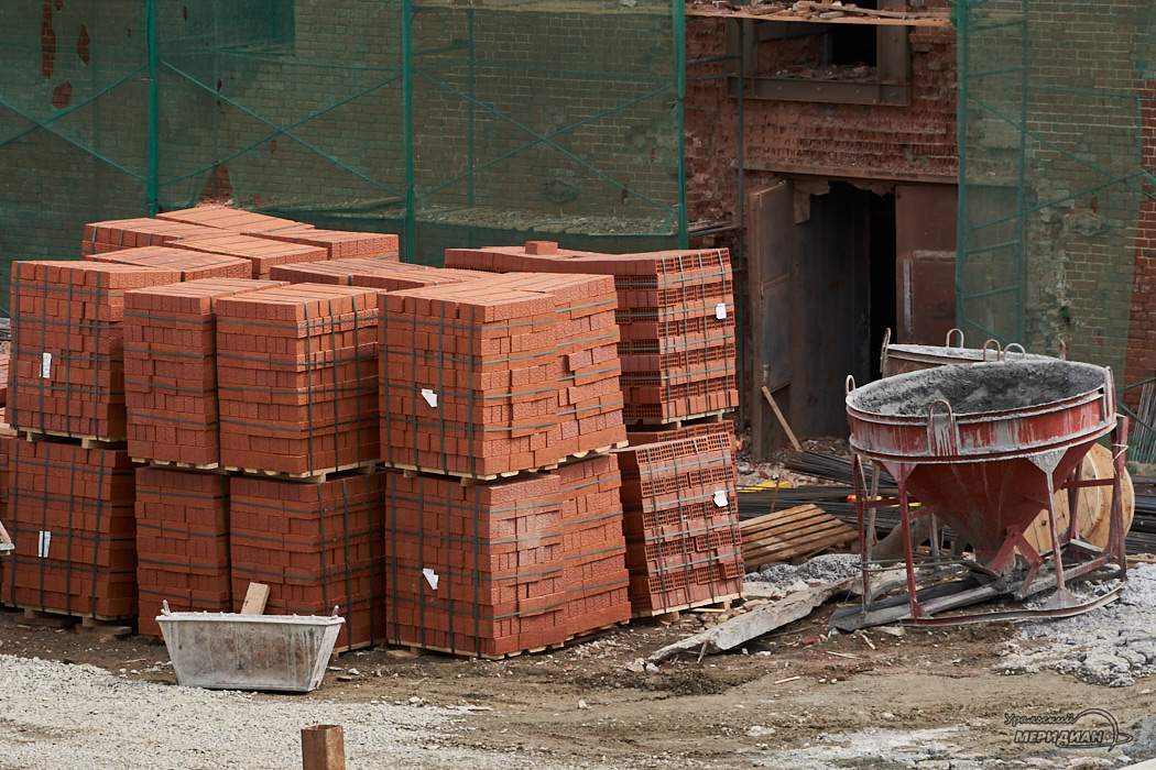 стройка кирпичи бетон