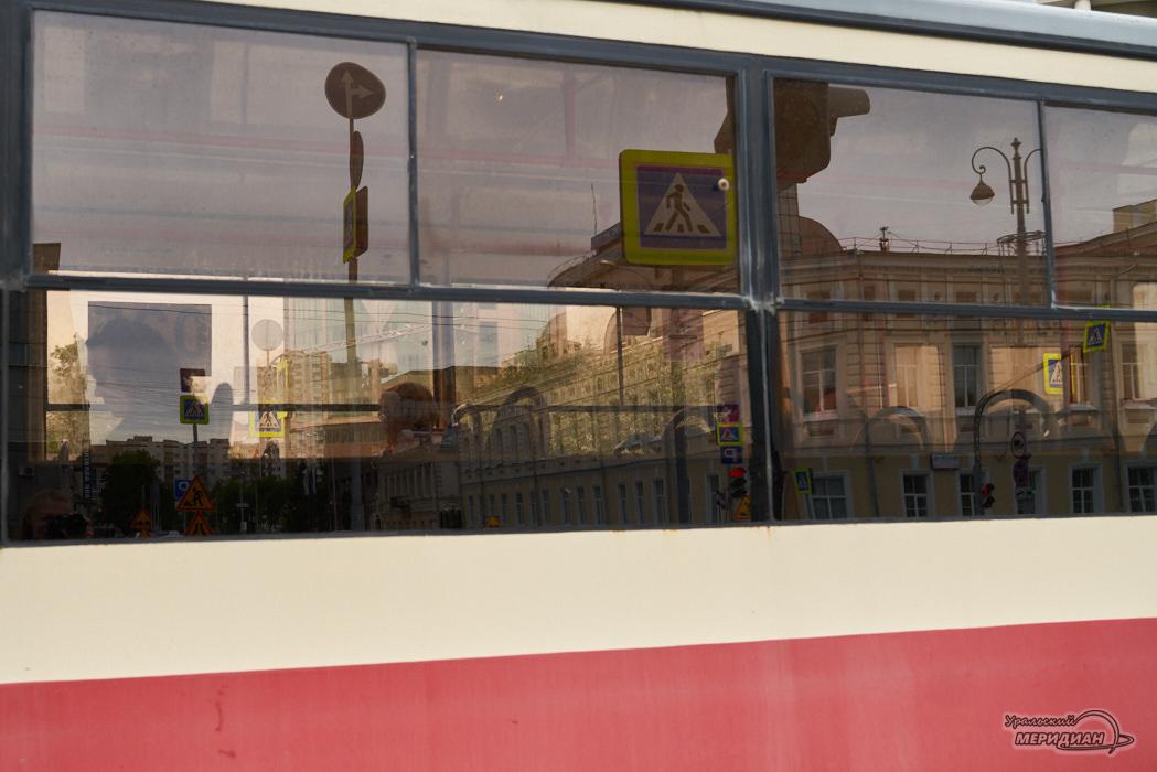 трамвай отражение